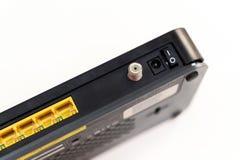 Detail von ADSL-Modem mit vier gelben LAN-Häfen, Stockfoto