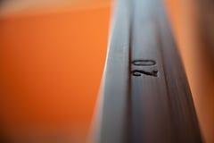 Detail von 20 auf einer hölzernen Polierbefestigung Lizenzfreies Stockbild