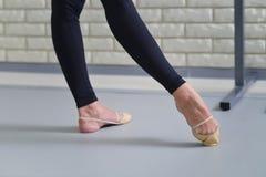 Detail von Balletttänzerfüßen, Abschluss oben von pointe Schuhen lizenzfreie stockbilder