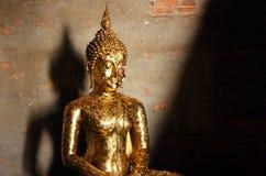 Detail von Buddha-Skulptur umfasst mit dem Angebot von goldenen Blättern bei Wat Yai Chai Mongkhon, Thailand stockbilder