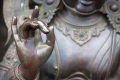 Detail von Buddha-Statue mit Karana-mudra Handposition Stockfotografie