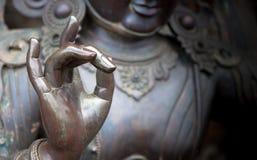 Detail von Buddha-Statue mit Karana-mudra Handposition Lizenzfreies Stockbild