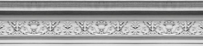 Detail von Dachgesimsen eines alten italienischen Formteilsteins mit Laub und pl Lizenzfreie Stockbilder