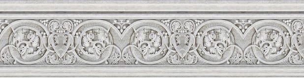Detail von Dachgesimsen eines alten italienischen Formteilsteins mit Laub und pl Stockbilder