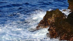 Detail von Felsen und von Wellen Langsame Bewegung stock video footage