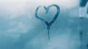 Detail von Feuchtigkeitskondensationsproblemen, Hei?wasserdampf oben kondensiert auf dem kalten Glasabschlu? stockfotos