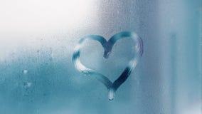 Detail von Feuchtigkeitskondensationsproblemen, Hei?wasserdampf oben kondensiert auf dem kalten Glasabschlu? stockfoto