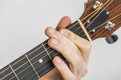 Detail von Fingern und von Hand des Gitarristen Stockfotografie