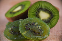 Detail von getrockneten Kiwischeiben mit reifer Frucht auf hölzernem Hintergrund Stockfotos