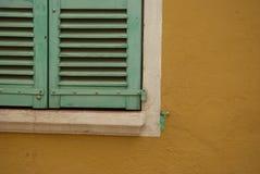 Detail von grünen Fensterfensterläden Lizenzfreie Stockfotografie