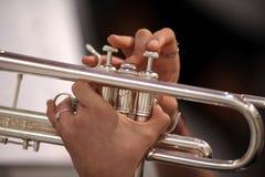 Detail von Händen, die die Trompete spielen lizenzfreie stockfotografie