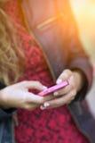 Detail von Händen eines Mädchenschreibens am Telefon Stockfoto