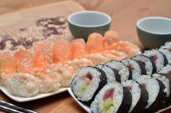 Detail von maki Sushirollen und von nigiri Sushi mit Lachs- und Garnelenjapan-Lebensmittel auf dem Tisch mit Sojasoße Stockfoto