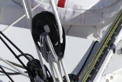 Detail von modernen Segeln Flaschenzügen auf Rennläuferboot Stockfotografie