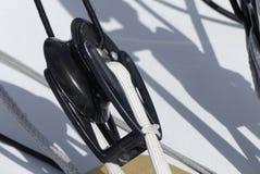 Detail von modernen Segeln Flaschenzügen auf Rennläuferboot Stockbilder