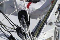 Detail von modernen Segeln Flaschenzügen auf Rennläuferboot Stockbild