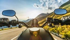 Detail von Motorradlenkstangen Fotografie im Freien, alpiner lan Stockbild
