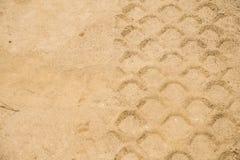 Detail von Reifenbahnen im Sand auf Gebäudebrücke Lizenzfreie Stockfotografie