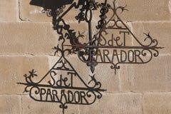 Detail von Schmiedeeisenbuchstaben und Schatten des Laternenpfahls von Hostelry von Ubeda Lizenzfreie Stockfotografie