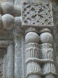 Detail von Skulpturen im Stein der Wand eines Klosters in Armenien Lizenzfreies Stockbild