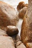 Detail von Steinen im Meer Stockfotos