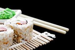 Detail von Sushi auf einer Matte Stockfotos