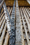 Detail von tierischen hölzernen Carvings auf Säulen an traditionellem Fon-` s Palast in Bafut, Kamerun, Afrika Stockfotos