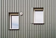Detail von zwei Fenstern eines ökologischen Hauses Stockfotos
