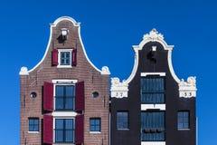 Detail von zwei niederländischen Kanalhäusern in Amsterdam Stockfoto