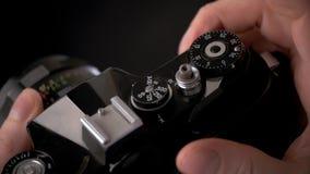 Detail Weinlese alter Kamera für Fotografiekreativität mit Handabschluß oben stock footage