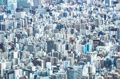 Detailabschluß des lauten Summens oben von Tokyo-Stadtskylinen von oben an der blauen Stunde - japanisches weltberühmtes Kapital stockbild