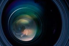 Detailbeeld van de opening van de cameralens en anti weerspiegelende deklaag stock foto's