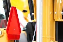 Detailindustriemaschine mit langsamem Fahrzeugzeichen Stockfotografie