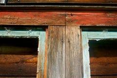 Detaill av det red ut trä och fönstret Royaltyfria Bilder