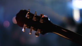 Detaillengte van gitaarasblok die door musicus op een overleg wordt gespeeld Mensen die op een vage achtergrond dansen stock video