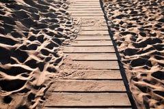 Detailmening van een houten strandweg met wat zand Royalty-vrije Stock Afbeelding