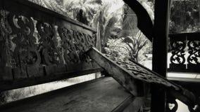 Detailmening van Oude en beschadigde Pavilon in de Wildernis van Thailand in Retrospective stock foto's