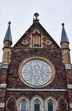 Details über eine lokale Kirchenfassade stockbilder