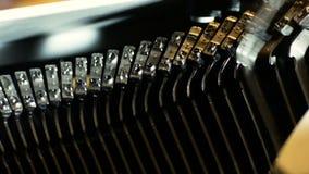 Details über Teile einer Schreibmaschine von den achtziger Jahren, in denen es nicht noch die Ära von digitalem war stock footage