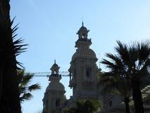 Details bovenop het Barokke Paleis van het casino van de 19de eeuwmonte carlo in Monaco Blauwe hemel op een de zomerdag royalty-vrije stock foto's