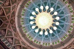 details den storslagna inre moskémuscaten oman för kupolen Arkivfoton