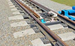 Details der Bahngabelung auf einem Kieshügel Lizenzfreie Stockfotos