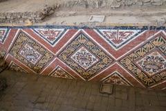 Details der geschnitzten Wand an archäologischer Fundstätte Huaca De-La Lunas - Trujillo, Peru Lizenzfreie Stockfotografie