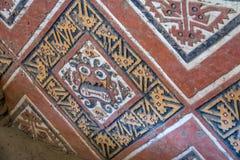Details der geschnitzten Wand an archäologischer Fundstätte Huaca De-La Lunas - Trujillo, Peru Lizenzfreies Stockfoto