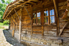 Details der hölzernen Architektur im bulgarischen Dorf Stockfoto