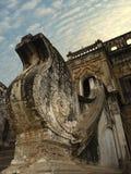 DETAILS DER KLOSTER-ARCHITEKTUR AUF MYANMAR/BIRMA Stockbilder