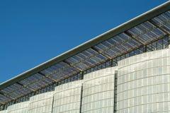Details der modernen Fassade des ökologischen Gebäudes Stockfotografie