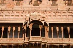 Details des Balkons schnitzen gelegen am Junagarh-Fort, Bikaner, Rajasthan, Indien lizenzfreies stockfoto