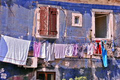 Altes blaues Wohnungshaus Stockfotos