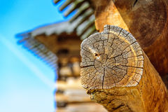 Details des Blockhauseckgelenkes mit runden Klotz und undeutliches Dach des Blockhauses auf dem Hintergrund Stockfotos